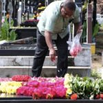 Christians observe All Souls Day: pray for the departed at cemeteries